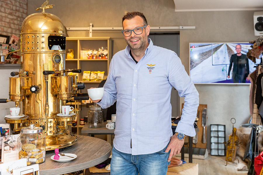 Christian Lindner vor der Kaffeemaschine im Feinkostladen in Braunlage