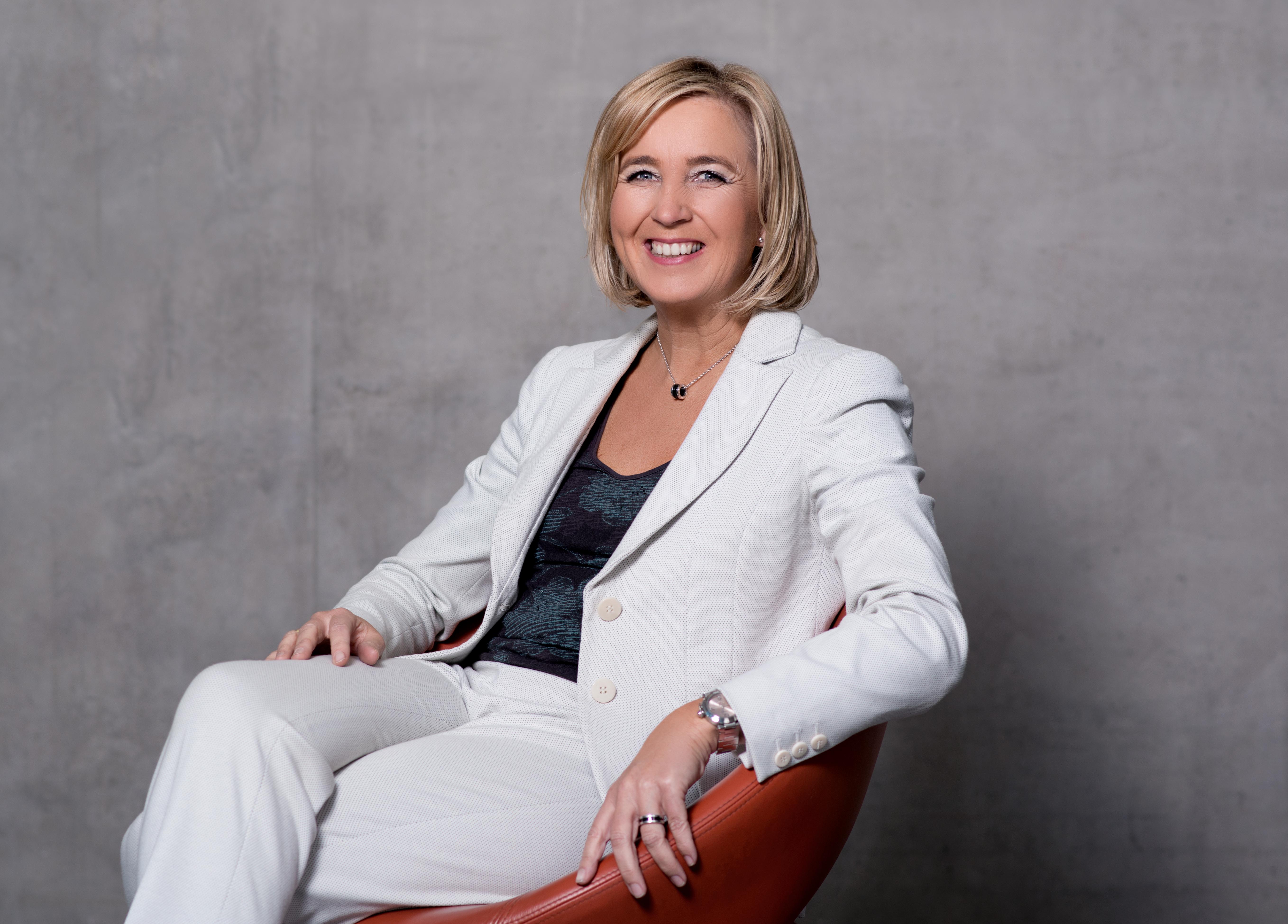 Barbara Schulte in weißem Hosenanzug