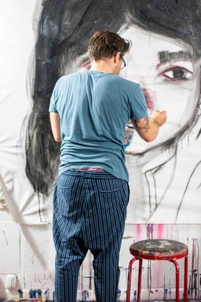 Maria Otto beim malen
