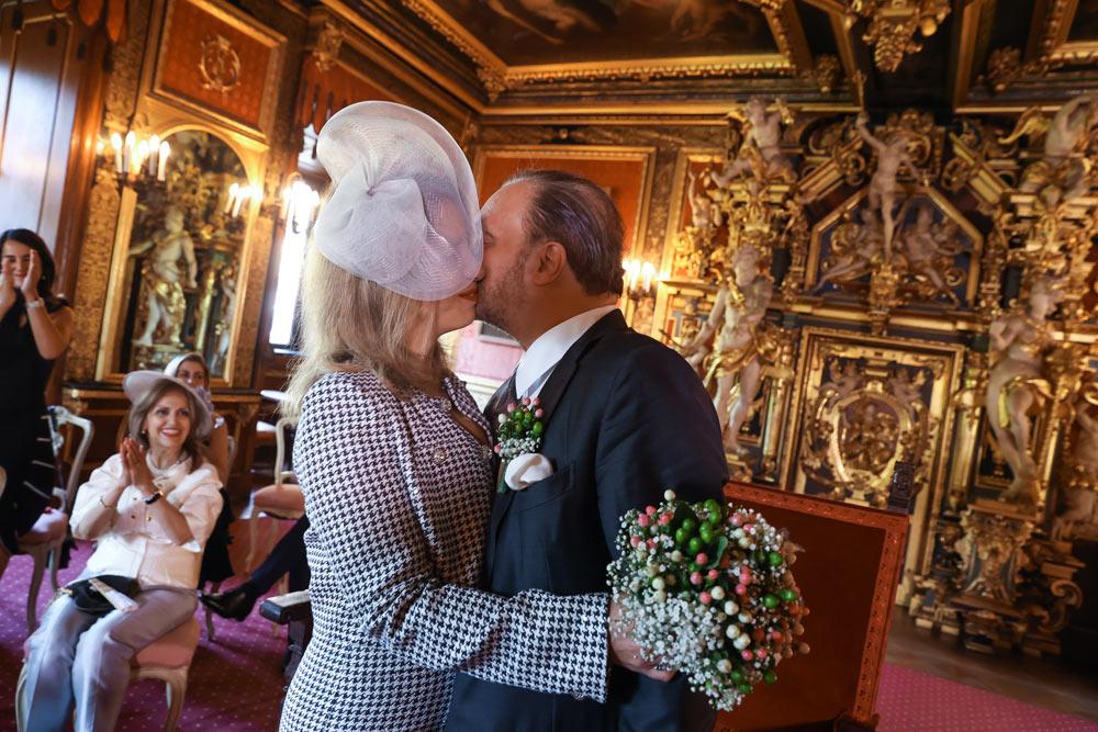 Kuss des Hochzeitspaares zu Schaumburg-Lippe