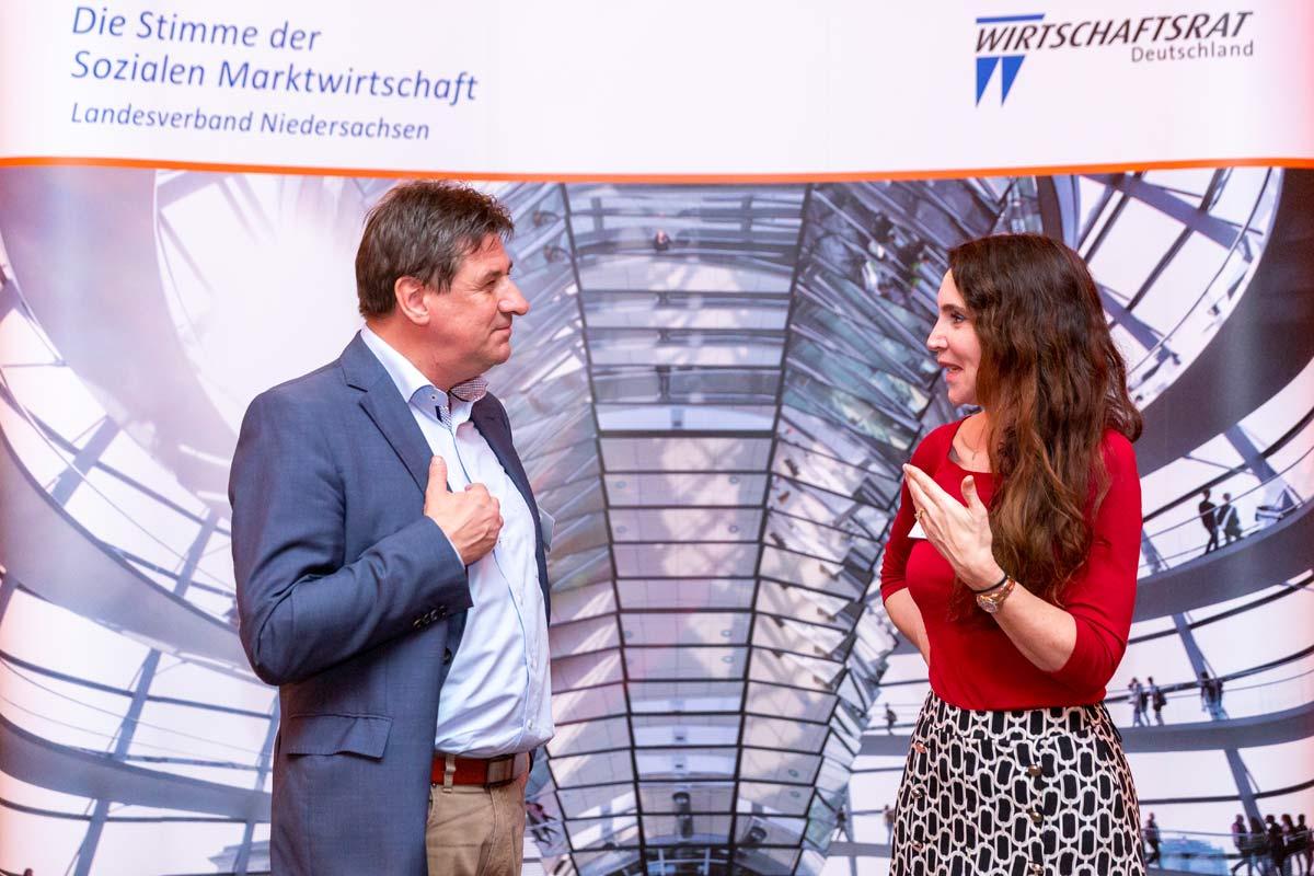 Landesgeschäftsführer des Wirtschaftsrats der CDU Niedersachsen Dirk Abeling mit Dr Anabel Ternes von Hattburg