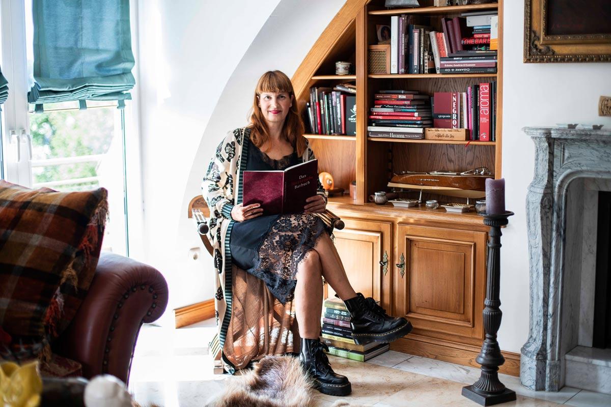 Maren Meyer in ihrem Wohnzimmer