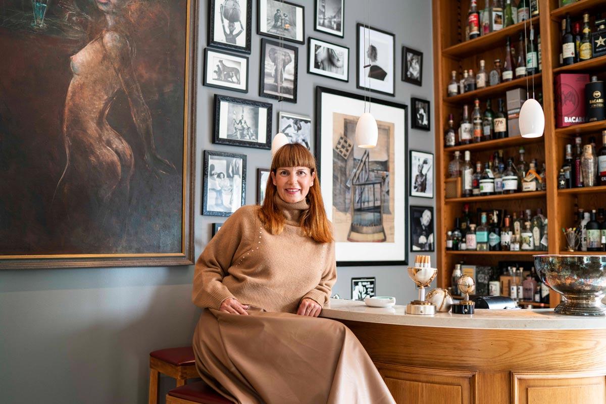 Maren Meyer in der Bar ihres Hauses