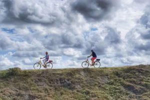 Radfahrer auf einer Düne