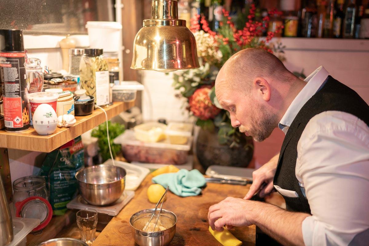 Benjamin Meusel in der Küche