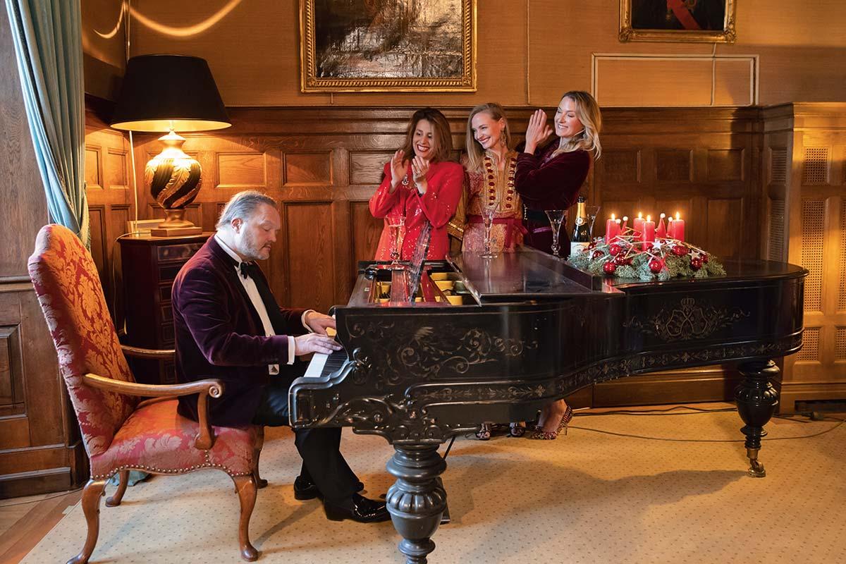 Fürst Alexander zu Schaumburg-Lippe spielt für seine Familie auf dem Klavier