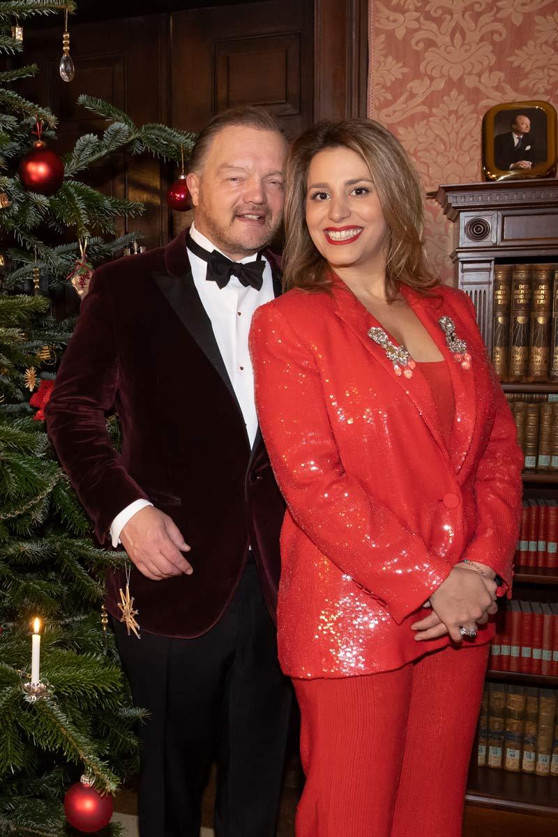 Fürst Alexander zu Schaumburg Lippe mit Ehefrau Mahkameh Navabi an Weihnachten unterm Tannenbaum