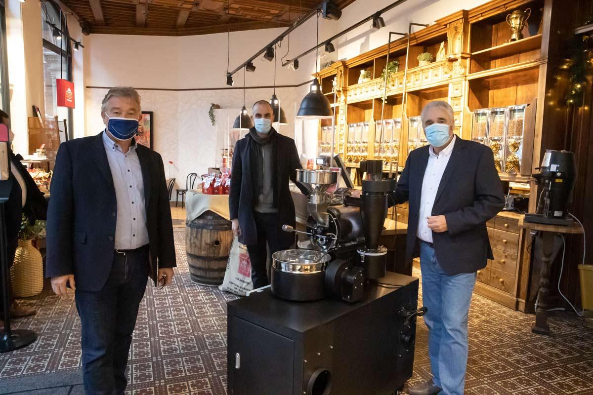 Belit Onay, Hauke Jagau und Andreas Berndt bei der Eröffnung der Kaffeemanufaktur in der Altstadt Hannover