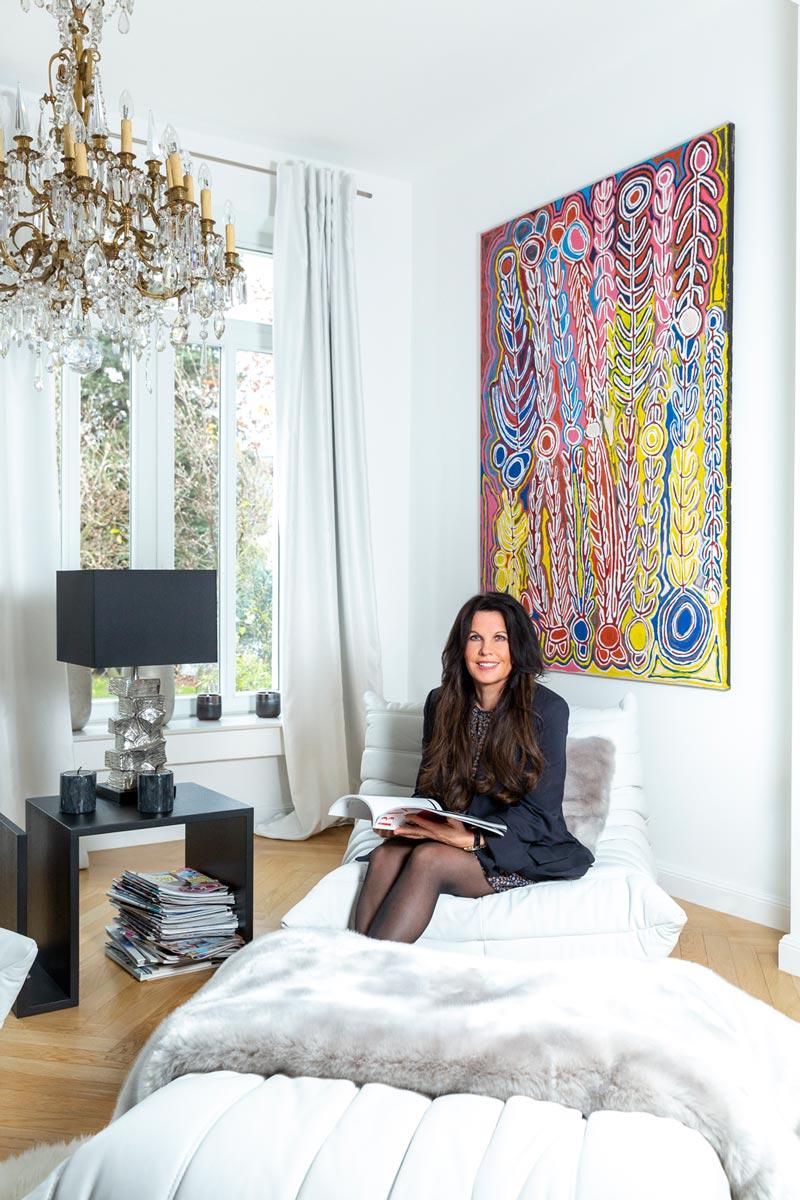 Sandra Simchen in ihrem Wohnzimmer