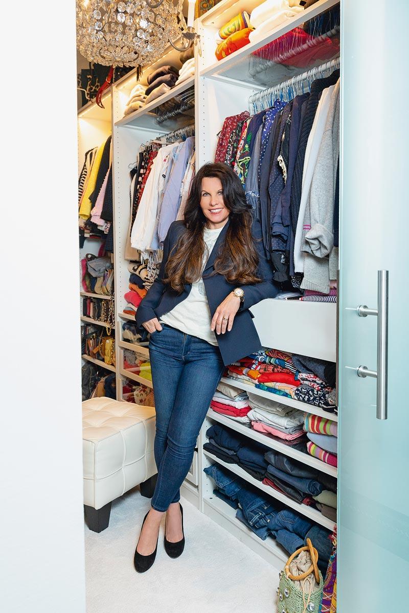 Sandra Simchen vor ihrem Kleiderschrank