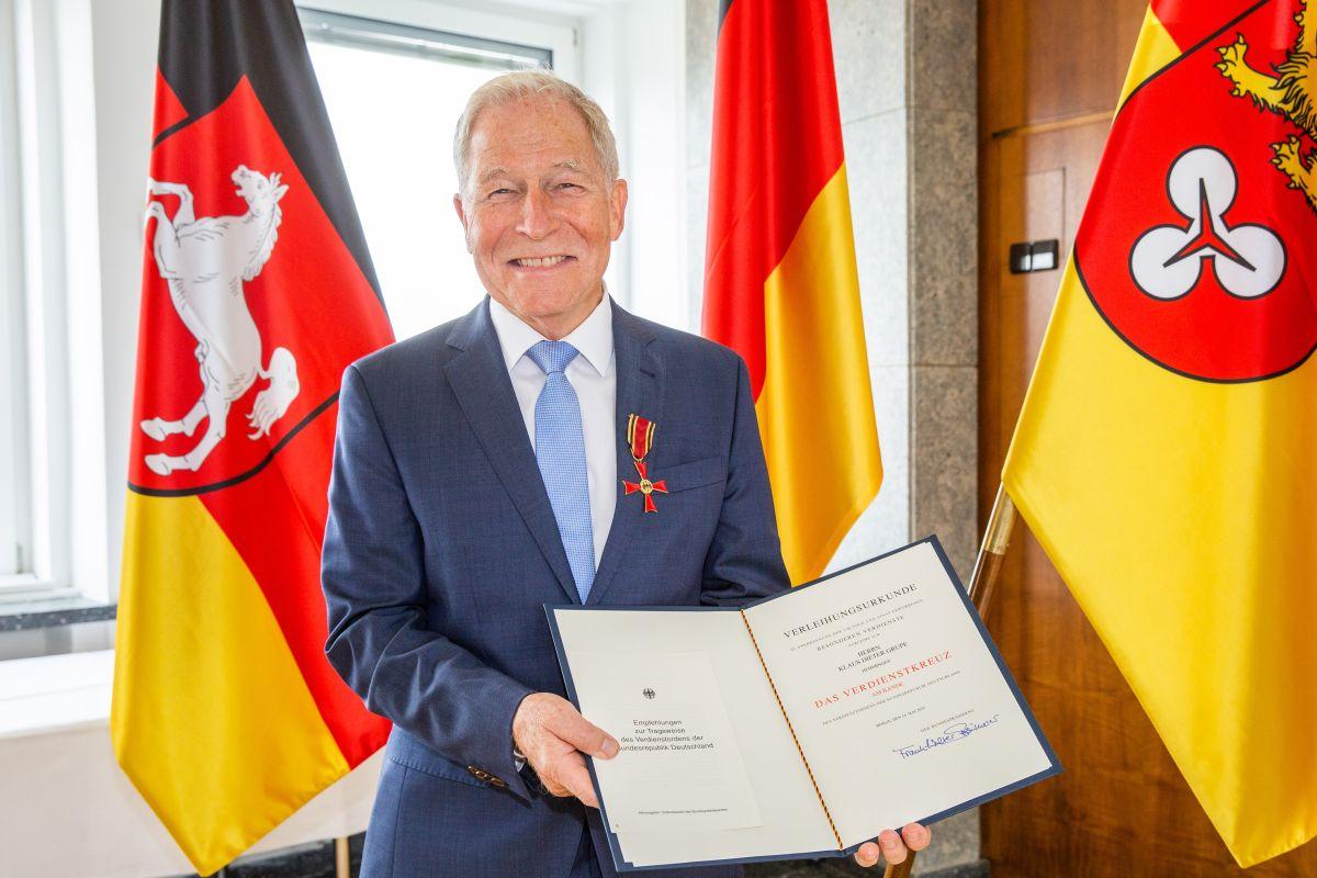 Klaus Grupe mit Verdienstkreuz