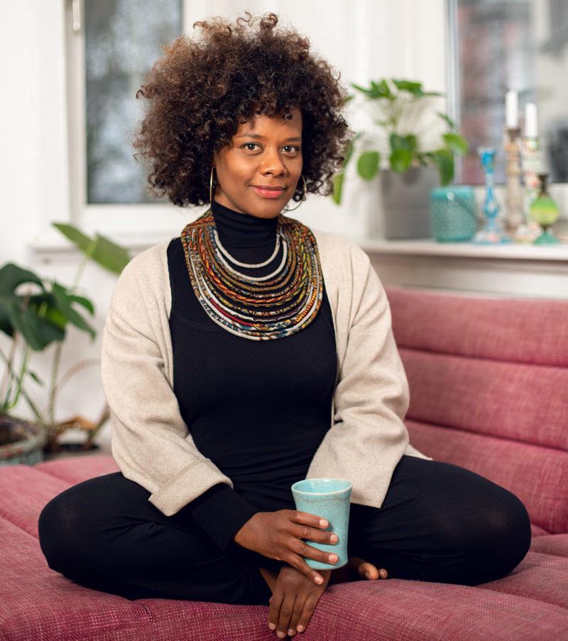 Denise M'Baye in ihrem Wohnzimmer