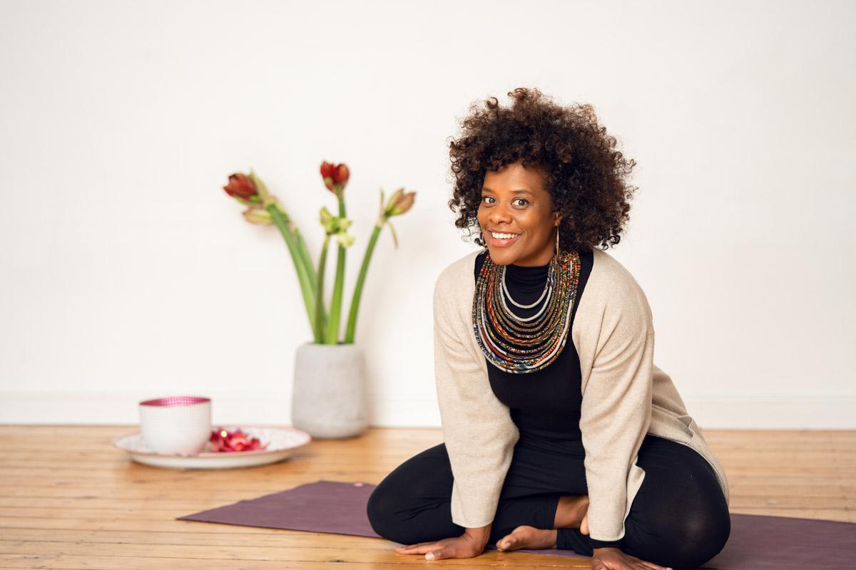 Denise M'Baye auf der Yoga-Matte