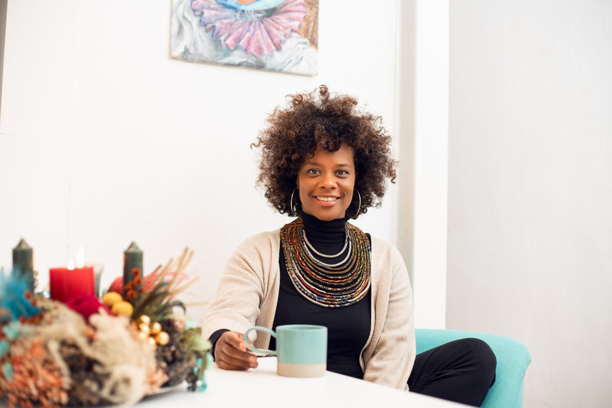 Denise M'Baye an ihrem Esstisch