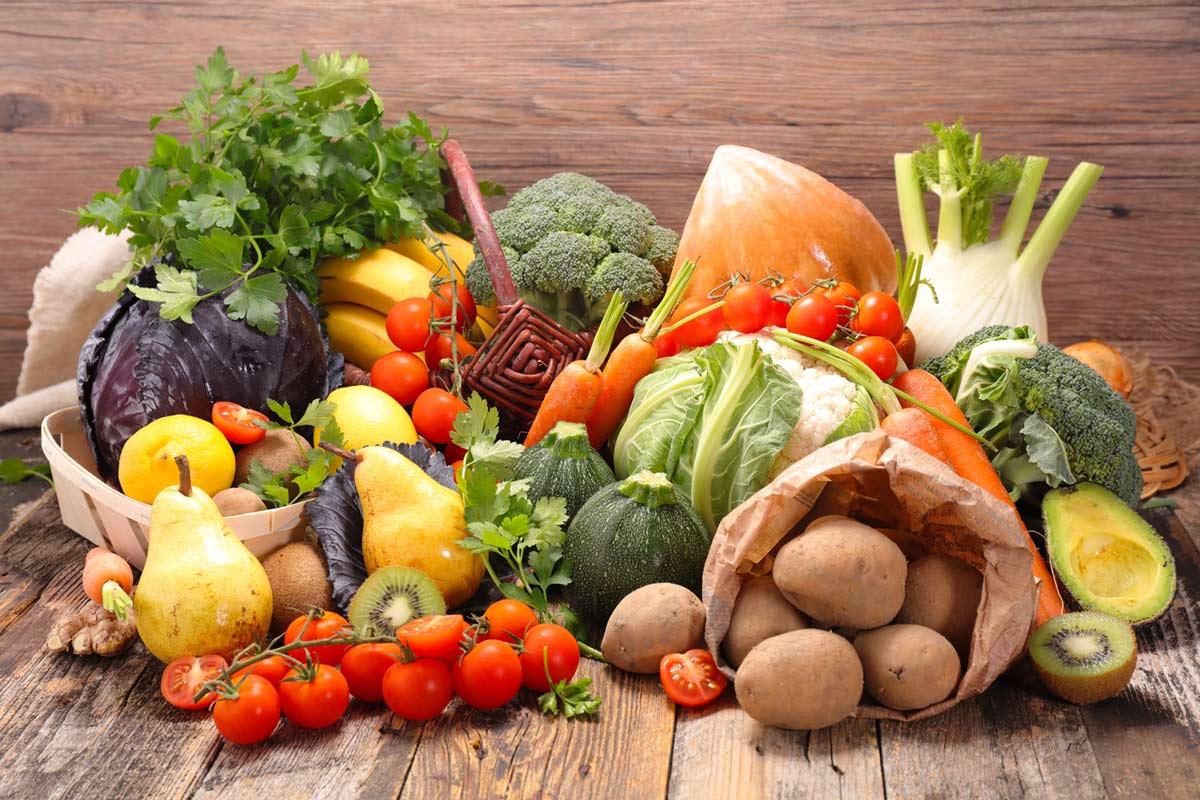 frisches Obst und Gemüse auf einem Küchentisch