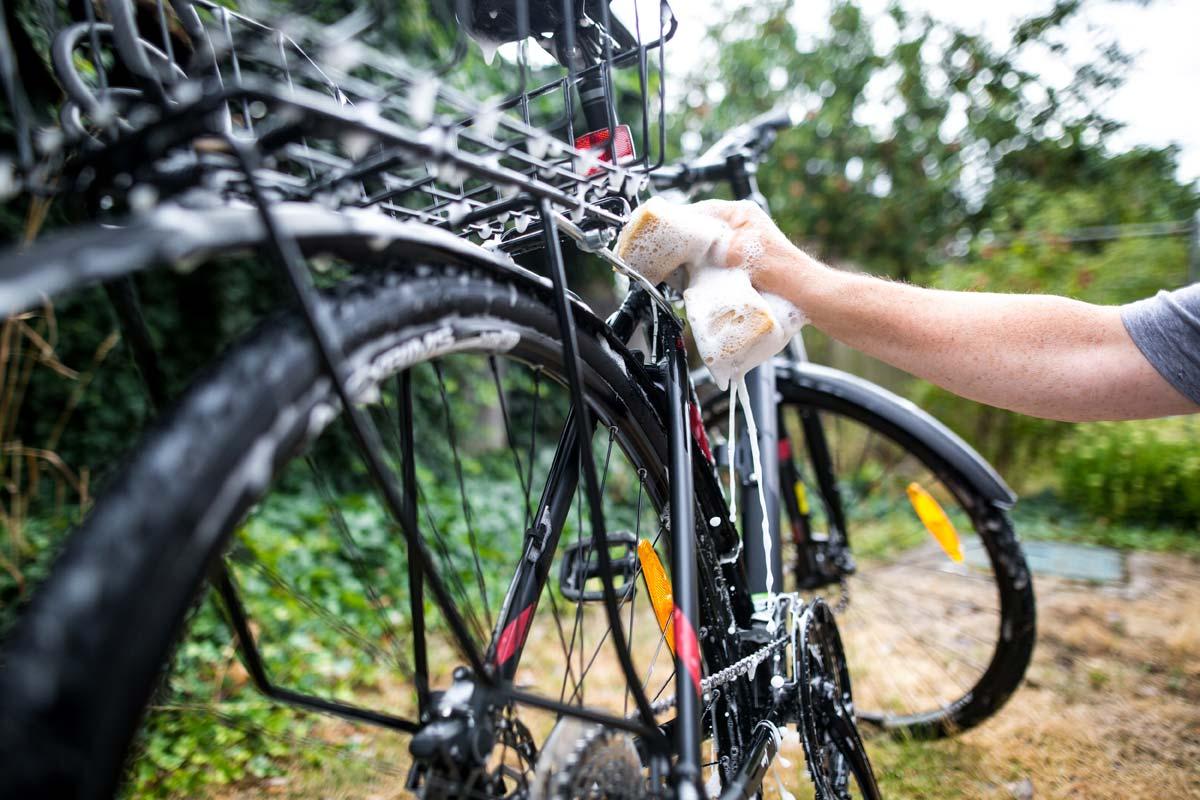 Im ersten Schritt wird das Fahrrad einer gründlichen Reinigung unterzogen.