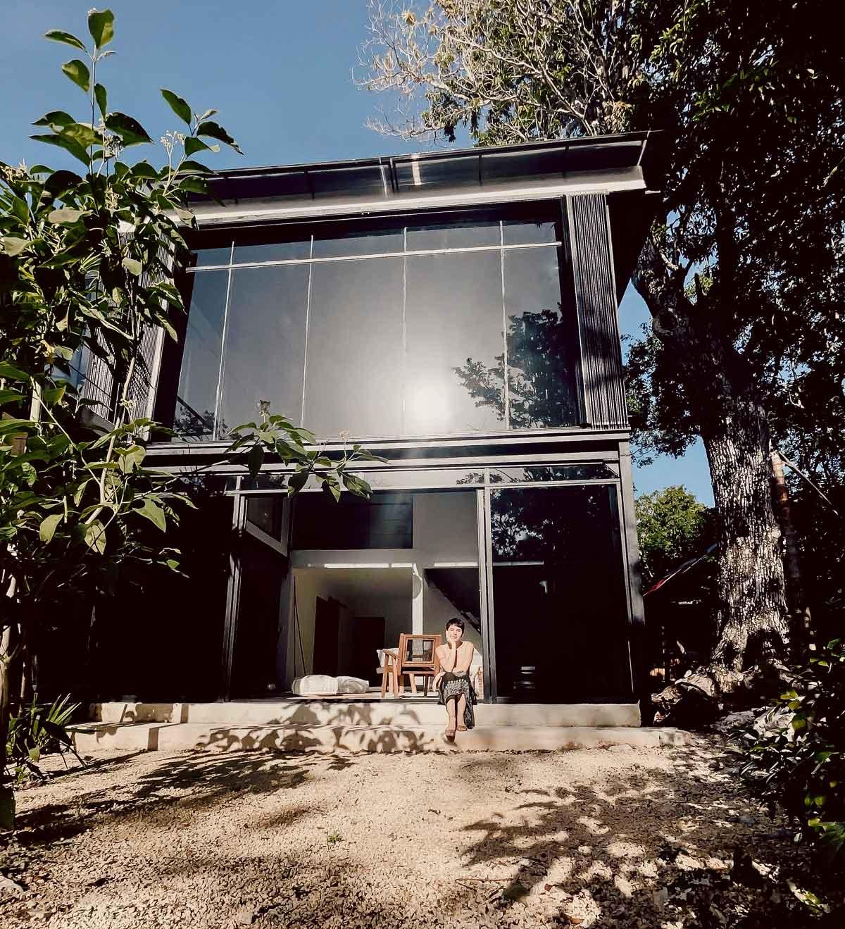 Marisol Prada vor ihrem Haus in Mexico