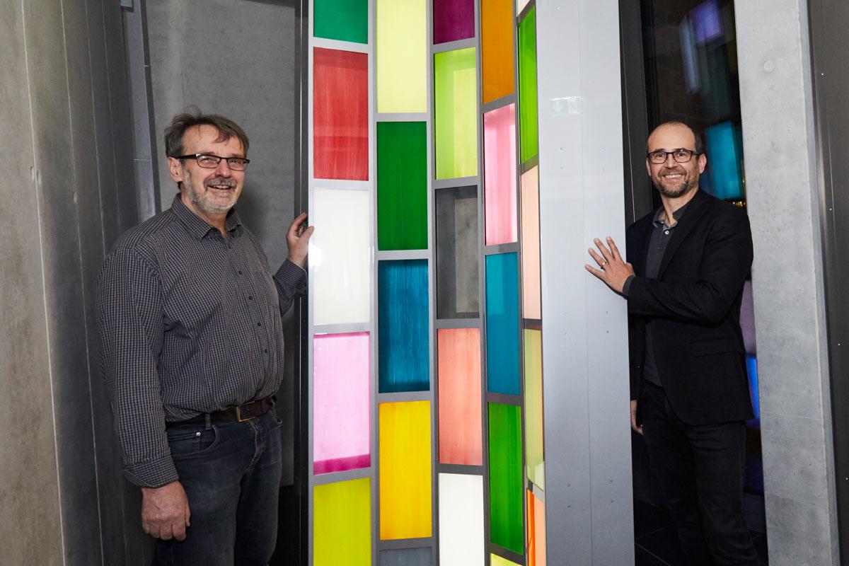 Paul Schwer vor seiner Lichtinstallation im Hanova Gebäude