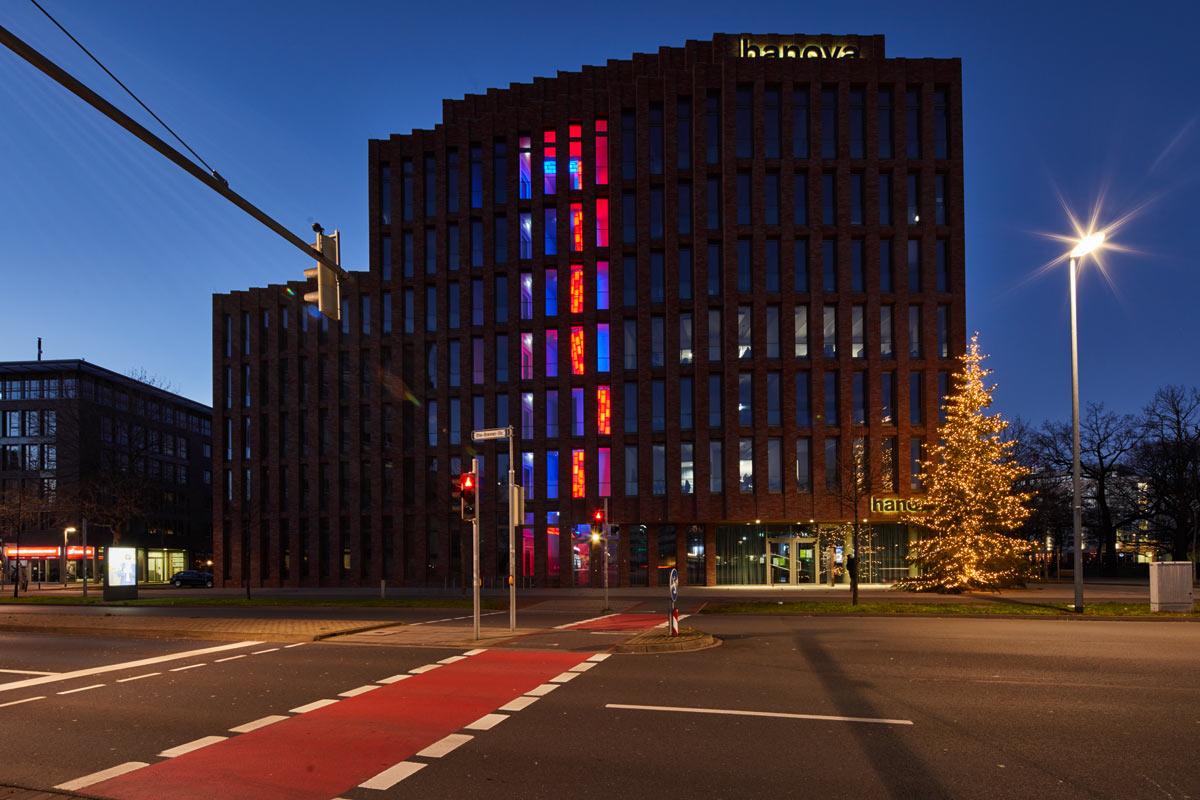 Hanova Gebäude am Steintorplatz mit Lichtinstallation von Paul Schwer