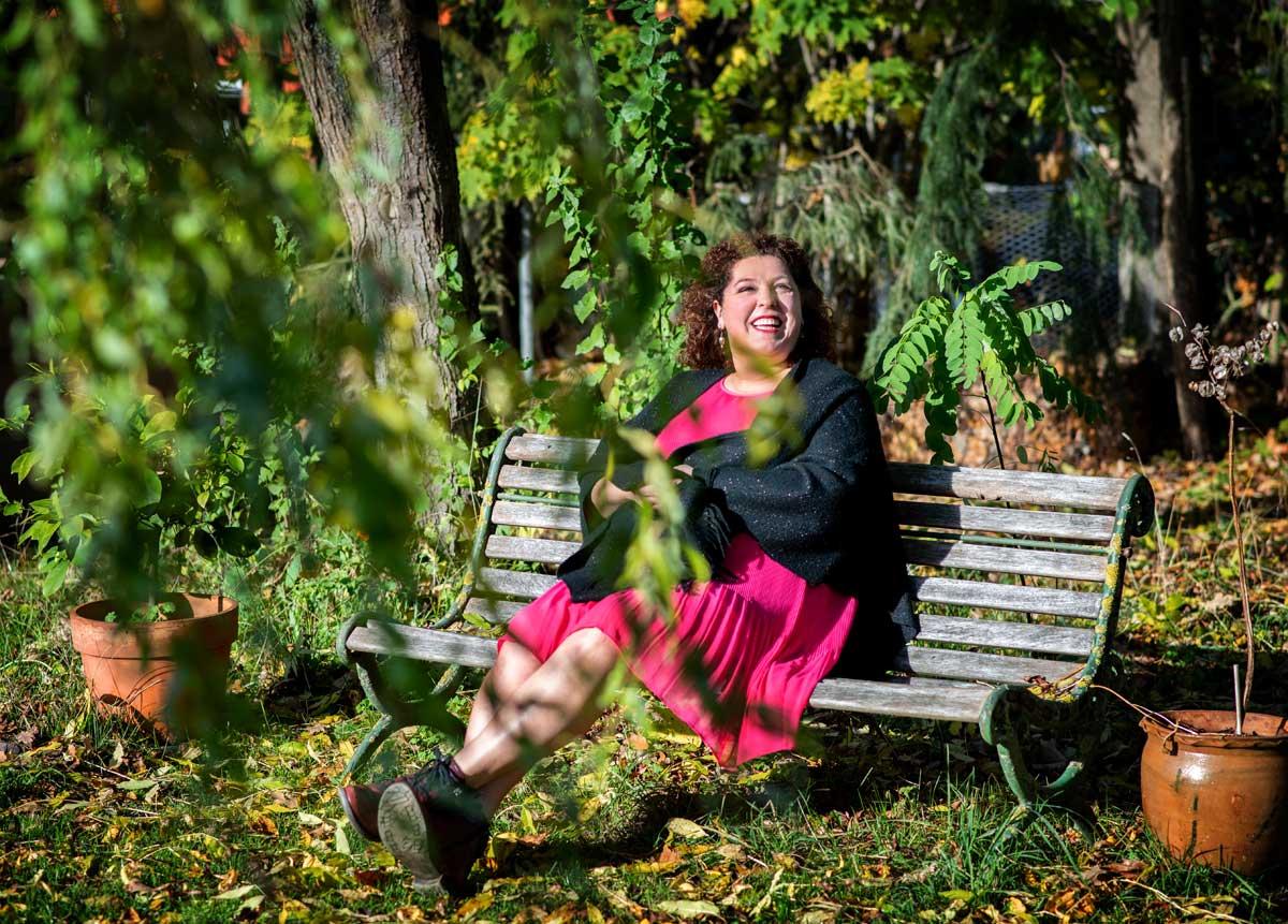 Nicoleta Ion in Ihrem Garten